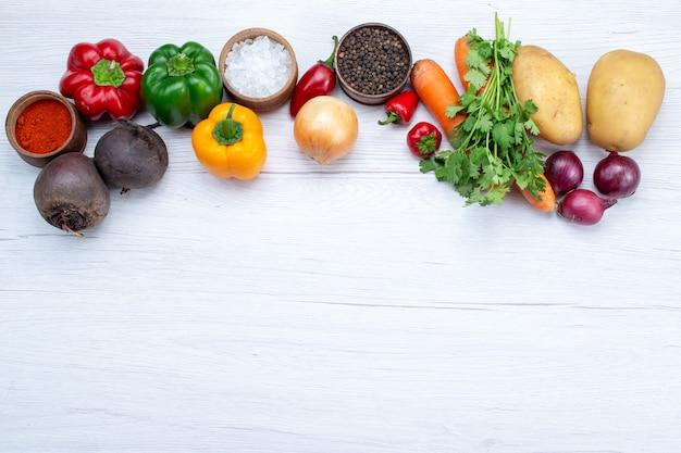 Vue De Dessus De La Composition Végétale Avec Des Légumes Frais Verts Haricots Crus Carottes Et Pommes De Terre Sur Le Fond Clair Repas Alimentaire Salade De Légumes Photo gratuit