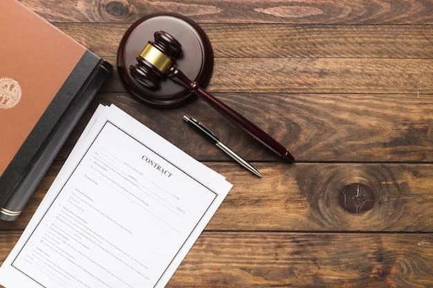 Vue de dessus contrat, livre et juge marteau Photo gratuit