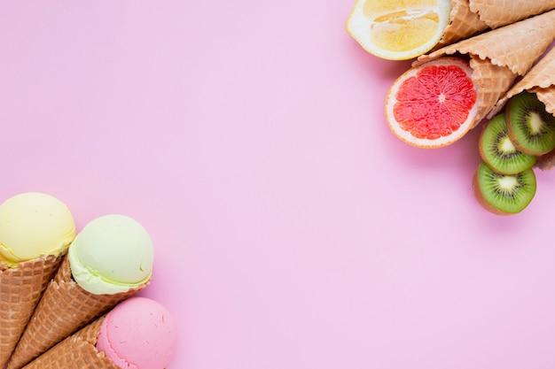Vue de dessus des cornets de crème glacée avec espace de copie Photo gratuit