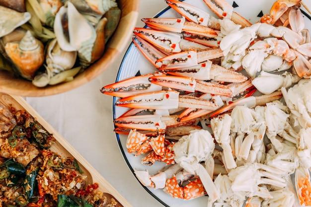Vue de dessus de crabes à la vapeur de fleurs et de crabes géants de boue avec des parties séparées de crabe à la vapeur. Photo Premium