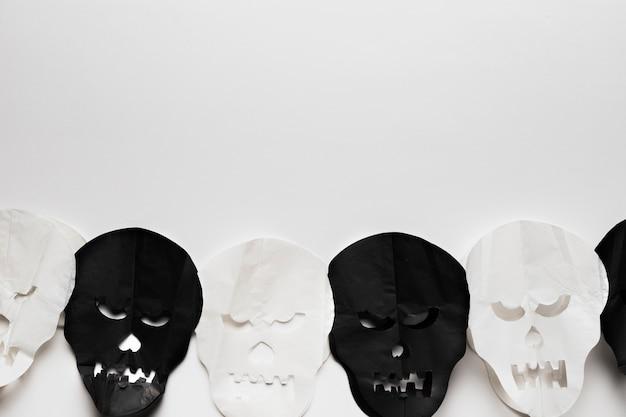 Vue de dessus avec des crânes sur fond blanc Photo gratuit