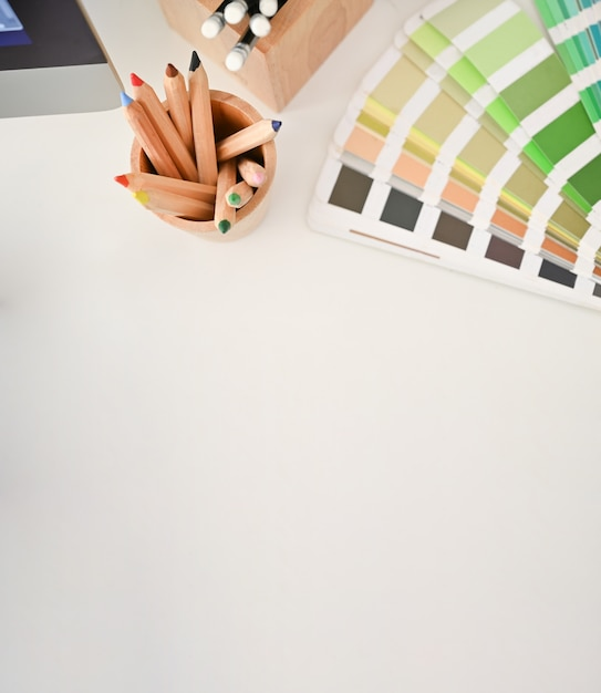 Vue de dessus crayon de couleur et plaque de couleur sur le bureau créatif avec espace de copie. Photo Premium