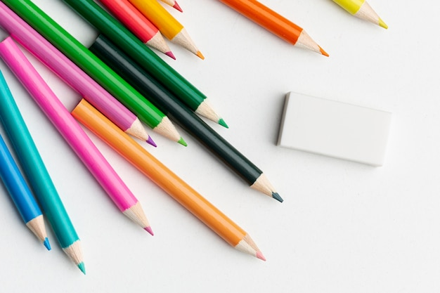 Vue De Dessus De Crayons Colorés Avec Gomme Photo gratuit
