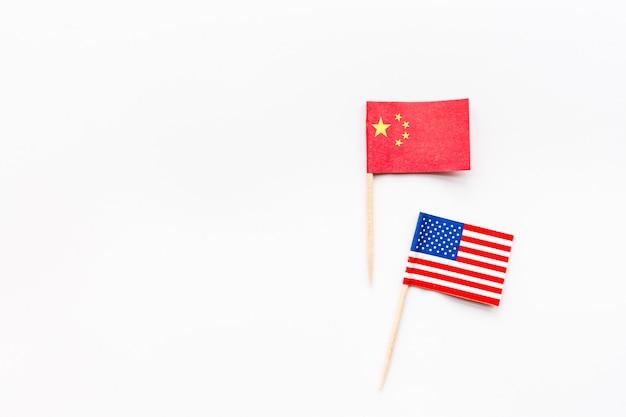 Vue de dessus créative plat poser de chine et usa drapeau Photo Premium