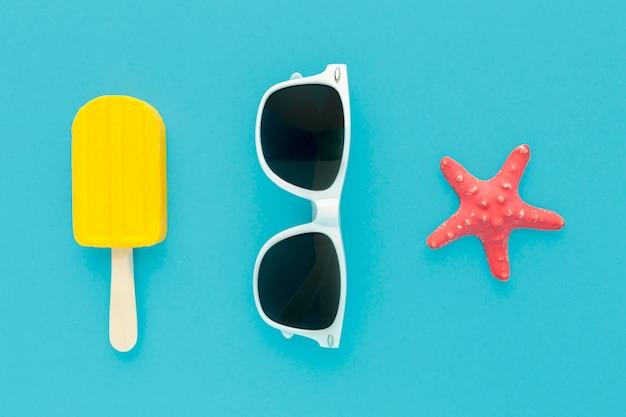 Vue De Dessus De La Crème Glacée Avec Des Lunettes D'été Photo gratuit