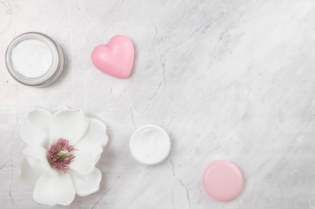 Vue de dessus de la crème pour le corps naturel sur fond de marbre Photo gratuit