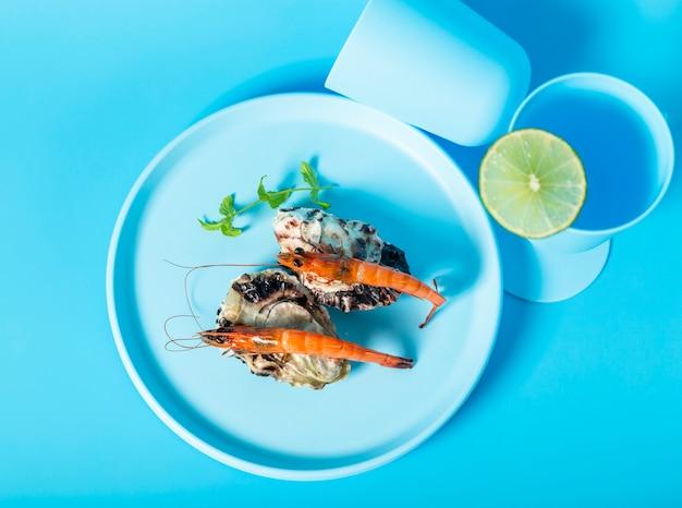 Vue de dessus avec crevettes sur la plaque bleue Photo gratuit