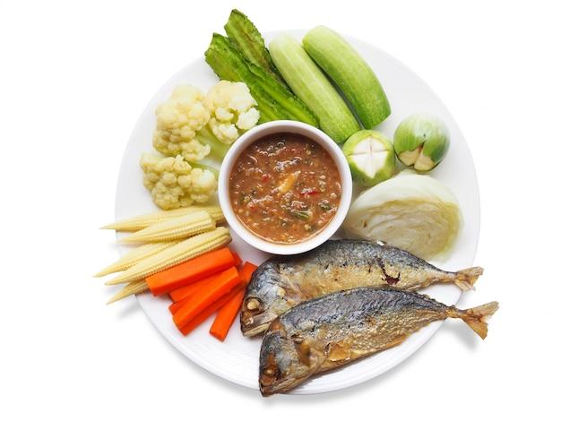 Vue De Dessus De La Cuisine Thaïlandaise Traditionnelle Avec De La Pâte De Crevettes Au Chili Ou Nam Prik Kapi, Du Maquereau Frit Et Des Légumes Bouillis Sur Une Plaque Blanche. Photo Premium