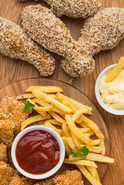 Vue De Dessus Des Cuisses De Poulet Frit Avec Frites Et Sauce Photo gratuit