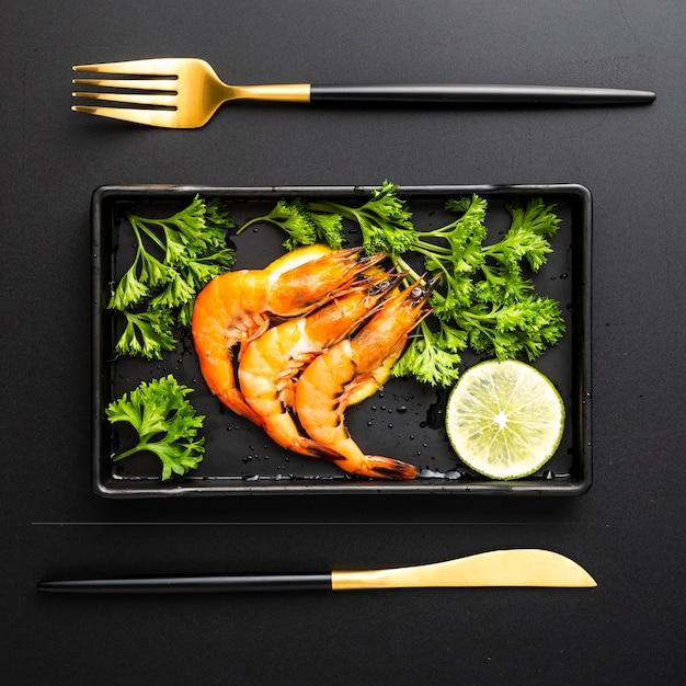 Vue de dessus, décoration avec crevettes dans un plateau Photo gratuit