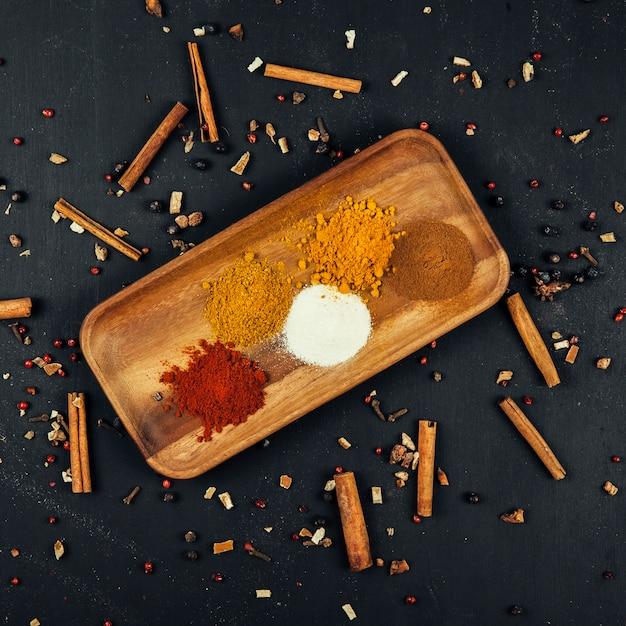 Vue de dessus de décoration d'épices avec de la cannelle Photo gratuit