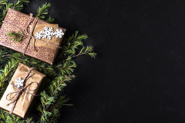 Vue de dessus décoration de noël avec des cadeaux emballés et espace de copie Photo gratuit