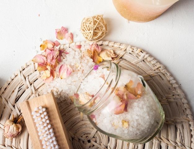 Vue de dessus décoration avec des sels dans un bol Photo gratuit