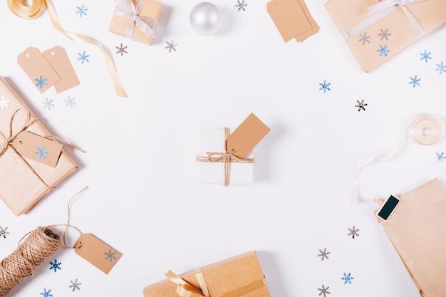 Vue de dessus des décorations de noël et des boîtes avec des cadeaux Photo Premium