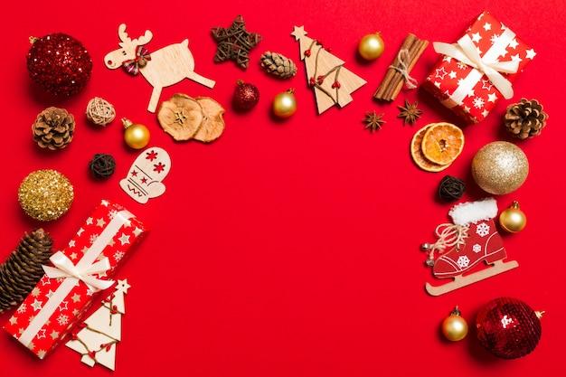 Vue de dessus des décorations de noël sur rouge. fond de vacances Photo Premium