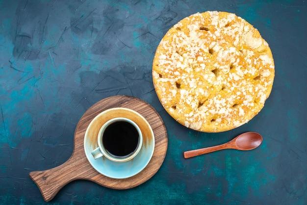 Vue De Dessus Délicieuse Tarte Délicieuse Sucrée Et Cuite Au Four Avec Une Tasse De Thé Sur Le Fond Sombre Gâteau Tarte Sucre Biscuit Sucré Photo gratuit