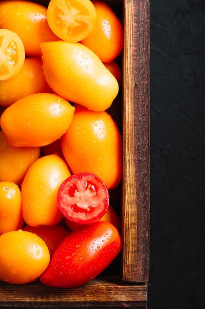 Vue de dessus de délicieuses tomates dans un panier Photo gratuit