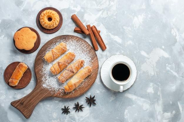 Vue De Dessus De Délicieux Bagels Avec De Petits Gâteaux Thé Et Biscuits Sur Fond Blanc Clair. Photo gratuit