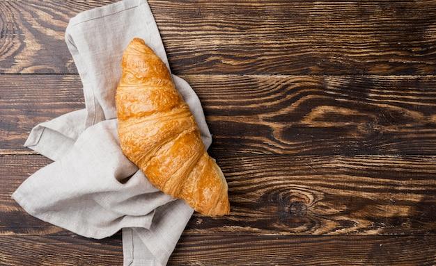 Vue De Dessus Délicieux Croissant Sur Tissu Photo gratuit