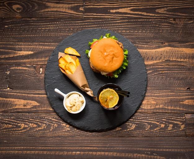 Vue De Dessus De Délicieux Hamburger Aux Légumes Sur Un Fond En Bois. Photo Premium