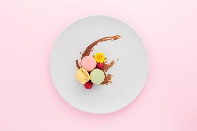 Vue De Dessus De Délicieux Macarons Sur Une Plaque Photo gratuit
