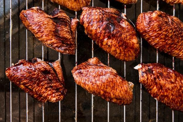 Une vue de dessus de délicieux morceaux de viande de poulet sur une grille en métal Photo gratuit