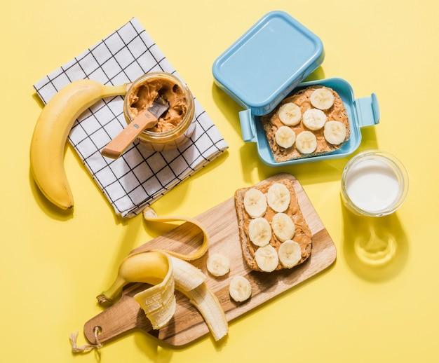 Vue De Dessus Délicieux Petit Déjeuner Prêt à être Servi Photo gratuit