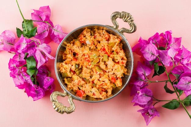 Vue De Dessus Délicieux Repas En Pot Avec Des Fleurs Sur Une Surface Rose Photo gratuit