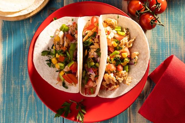 Vue De Dessus De Délicieux Tacos Sur Plaque Rouge Photo gratuit