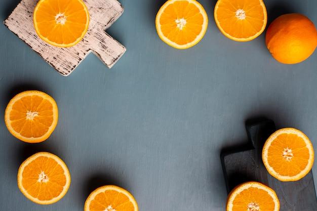 Vue de dessus demi-coupe oranges cadre sur la table Photo gratuit