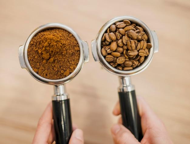 Vue De Dessus De Deux Tasses De Machine à Café Tenues Par Le Barista Photo gratuit