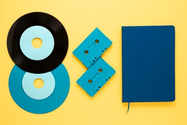 Vue De Dessus Des Disques Vinyle Sur Fond Jaune Photo gratuit