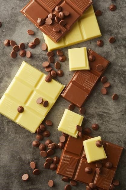 Vue de dessus de diverses barres de chocolat avec espace de copie. Photo Premium