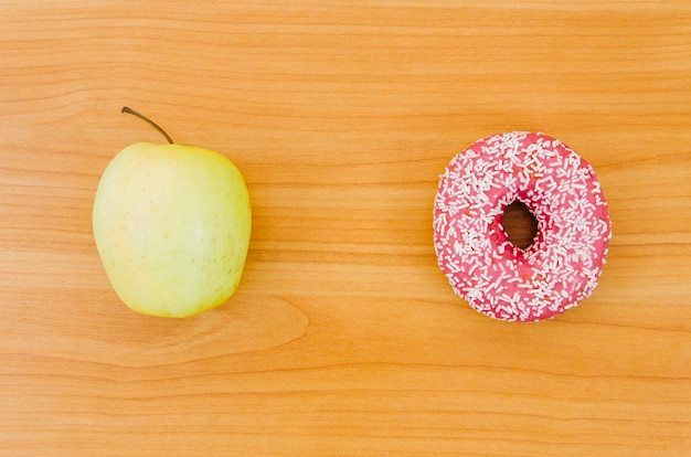 Vue De Dessus Donut Vs Fruits Photo gratuit
