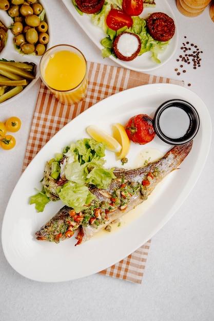 Vue De Dessus Du Bar Grillé Avec Salade Fraîche Photo gratuit
