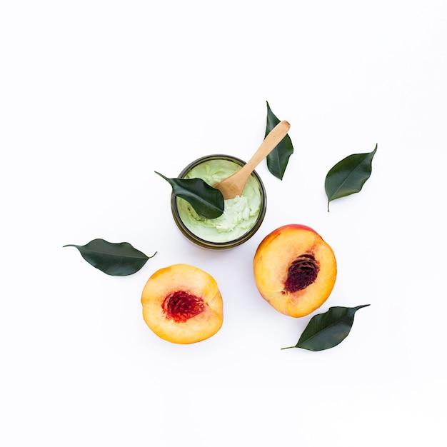 Vue de dessus du beurre corporel et des nectarines sur fond blanc Photo gratuit