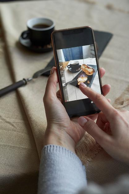 Vue De Dessus Du Blogueur Prenant Des Photos De Tasse Sur Son Smartphone Photo Premium