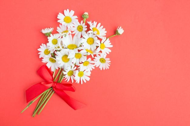 Vue De Dessus Du Bouquet De Camomille Sur La Surface Rouge Photo Premium