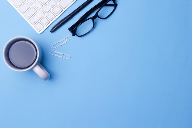 Vue de dessus du bureau bleu. Photo Premium