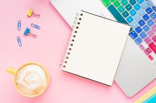 Vue de dessus du bureau avec un cahier vierge Photo gratuit