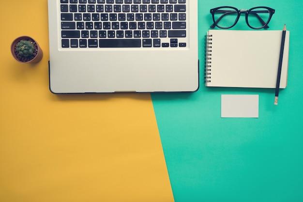 Vue de dessus du bureau avec un cahier vierge Photo Premium