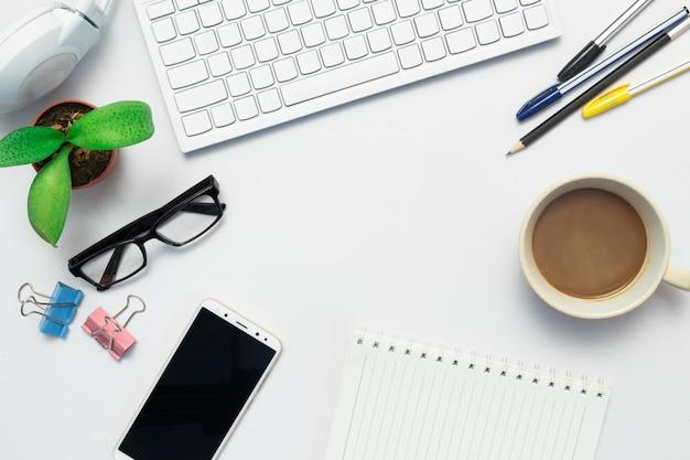 Vue de dessus du bureau et du marketing. Photo Premium