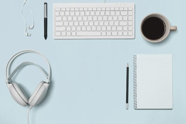 Vue de dessus du bureau et du style de vie sur le fond de couleur. Photo Premium