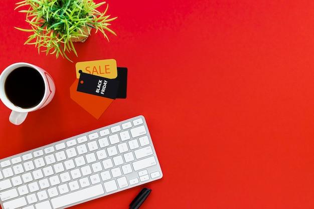 Vue de dessus du bureau avec espace de copie et balises Photo gratuit