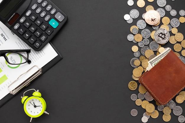 Vue de dessus du bureau avec des instruments financiers Photo gratuit