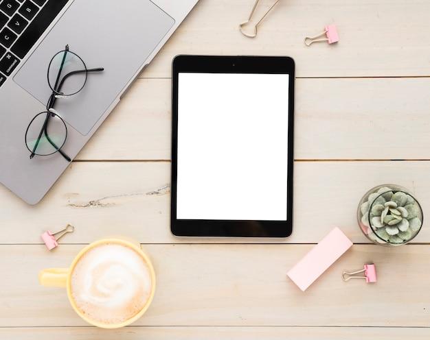 Vue De Dessus Du Bureau Avec Tablette Vierge Photo Premium
