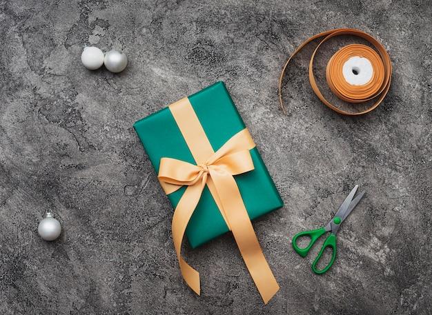 Vue De Dessus Du Cadeau De Noël Vert Sur Fond De Marbre Photo gratuit