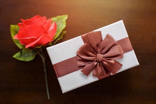 Vue De Dessus Du Cadeau Rose Rouge Et Blanc Photo Premium