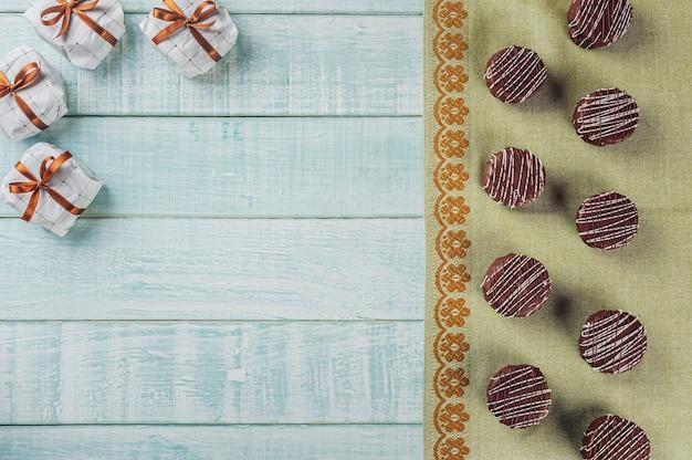 Vue De Dessus Du Chocolat Au Miel Fait Maison Brésilien Recouvert De Chocolat Sur Fond De Bois Avec Espace Copie - Pao De Mel Photo Premium