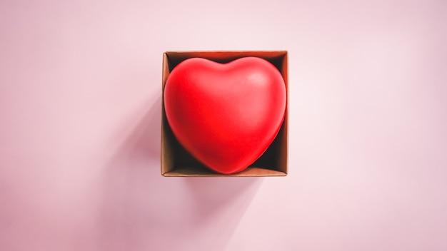 Vue De Dessus Du Coeur Rouge Dans La Boîte De Papier Brun Photo Premium